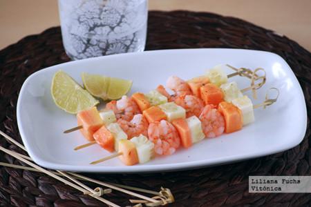 Brochetas de langostinos, papaya y pepino. Receta saludable