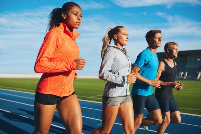 Hombres y mujeres corriendo