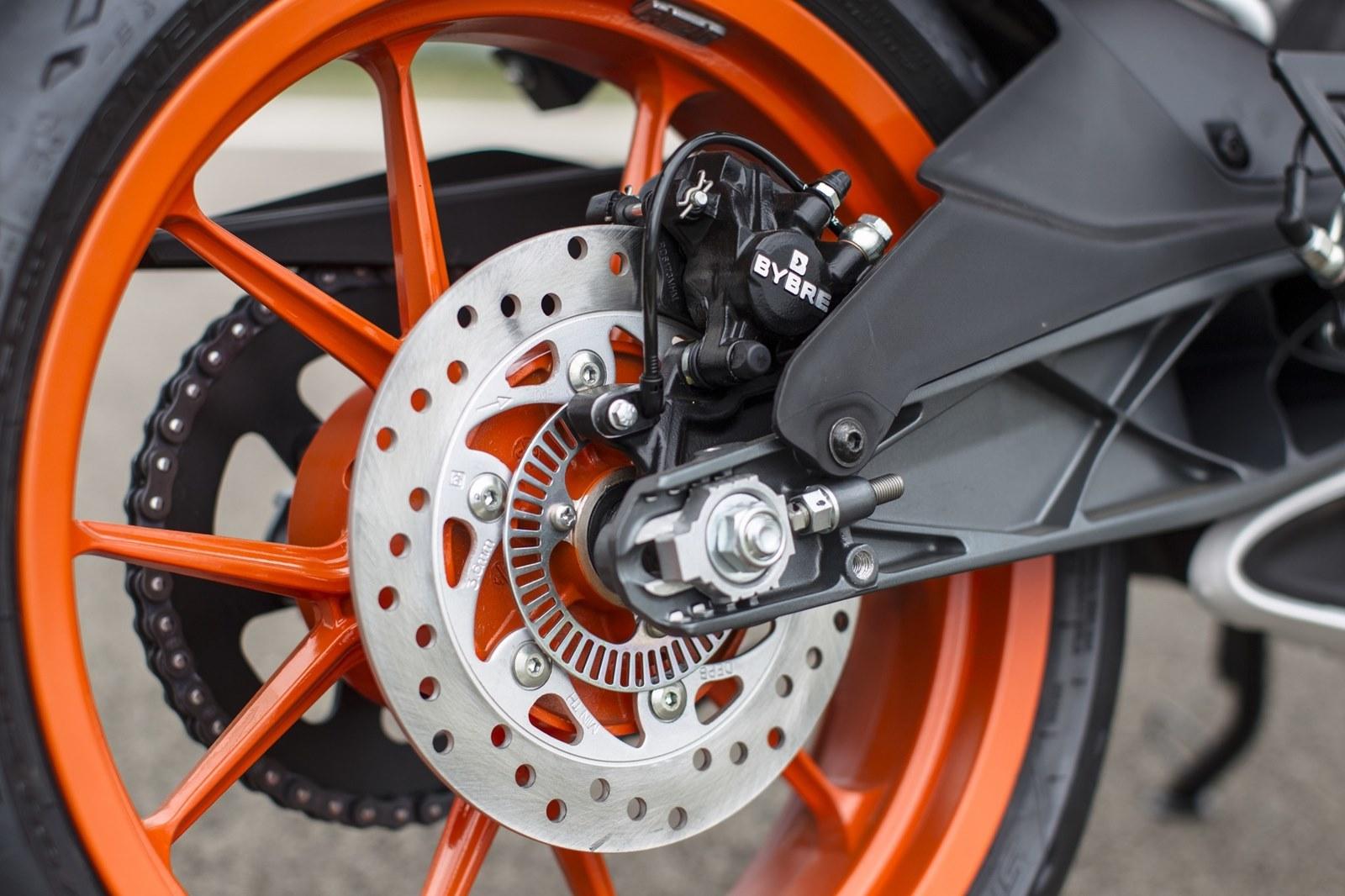 Foto de KTM RC 390, estudio y detalles (24/26)