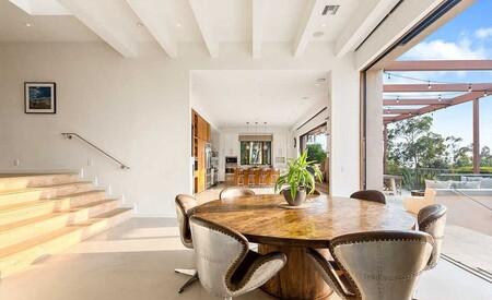 Casa En Malibu De Chris Hemsworth Y Elsa Pataky Comedor Abierto Con Mesa Redonda
