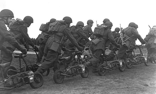 Welbike, el parascooter que saltó de la guerra a los circuitos y originó las pit bikes