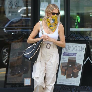 Sienna Miller luce unos pantalones todoterreno que están en las rebajas de Mango por menos de 20 euros