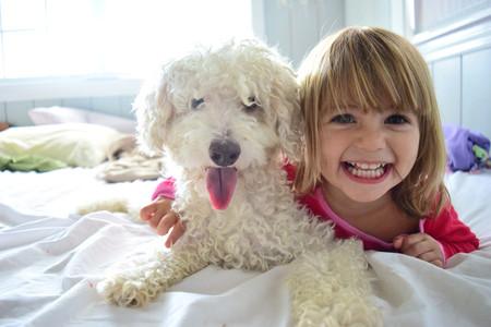 perro-niña-salud