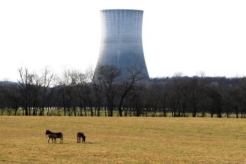 Puedes visitar una torre de enfriamiento nuclear abandonada y sentirte como en una película distópica