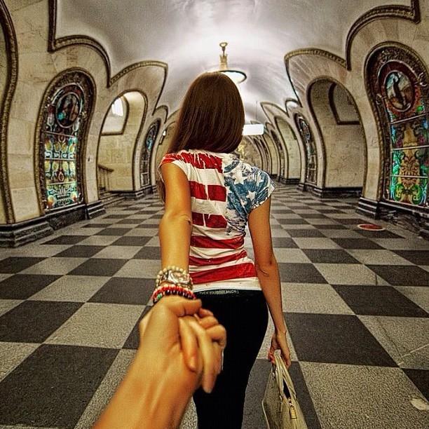 Osmann de la mano de su chica en el metro de Rusia.