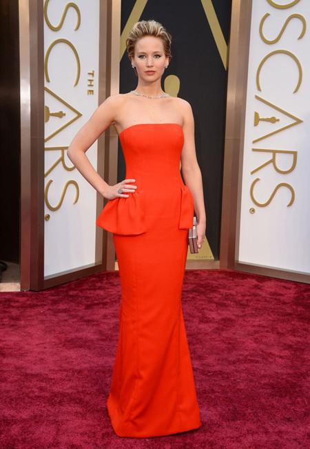 Jennifer Lawrence de rojo pasión de Christian Dior Alta Costura en los Oscar 2014