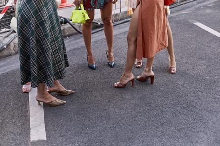 El street style dictamina qué tipo de sandalias triunfan este verano