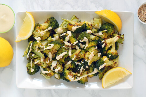 Brócoli crujiente al horno con salsa fácil de tahina y limón: receta saludable