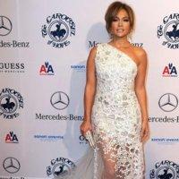 Halle Berry y Jennifer López lucen vestidos asimétricos en la Gala Carousel Of Hope
