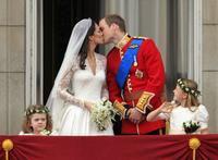 Definitivamente, el beso de Kate Middleton y el príncipe Guillermo de real tiene bien poco (pero qué bonito...)
