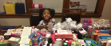 Una niña elige donar alimentos a las personas sin hogar en vez de tener una fiesta de cumpleaños