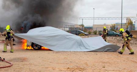 Esta manta promete ser la solución perfecta para apagar un coche eléctrico en llamas y ahorrar miles de litros de agua