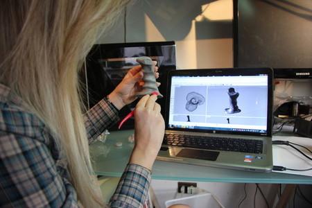Modelando un objeto en arcilla para digitalizarlo e imprimirlo