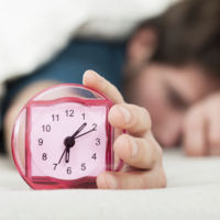 Esto es lo que dice la ciencia de por qué nos gusta quedarnos más rato en la cama  el fin de semana
