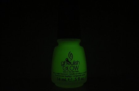 Probamos Ghoulish Glow, el top-coat de China Glaze que brilla en la oscuridad