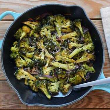 Sartén de brócoli al horno con anchoas y parmesano: la receta más sabrosa para disfrutar al máximo de esta saludable verdura