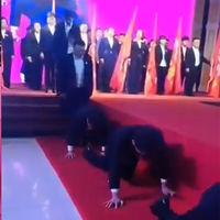 Arrástrate como un gusano: la dolorosa humillación pública que han recibido los jefes de una empresa china