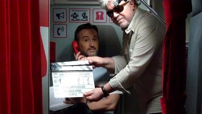 Pedro Almodóvar en el rodaje de 'Los amantes pasajeros'