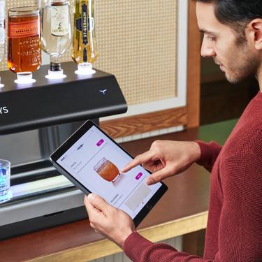 El robot camarero llega a los hogares: estas máquinas quieren hacer los cócteles por ti
