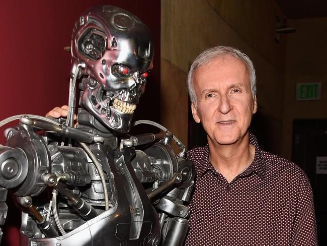 James Cameron con un Terminator