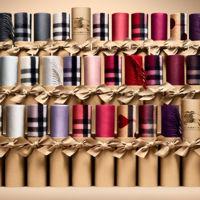 Burberry personaliza sus bufandas en su nuevo 'Scarf bar'