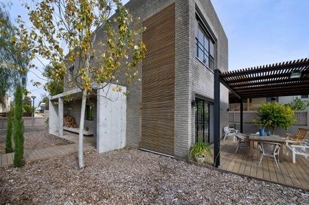 Puertas abiertas: una casa de forma simple y contrastes de color en Israel
