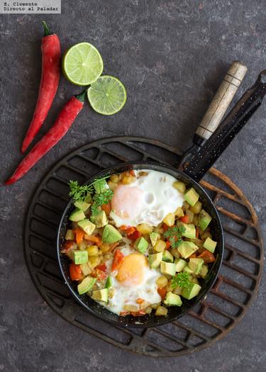 Sartén de patatas, huevos y aguacate hash. Receta con aires mexicanos