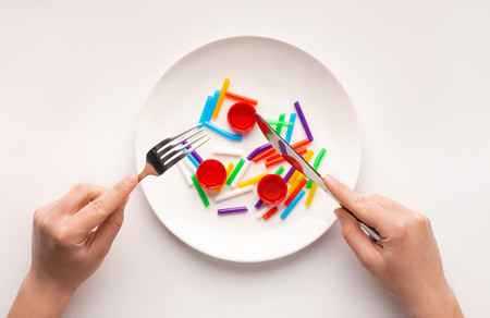 Todo sobre los microplásticos: qué son, dónde se encuentran y cómo podemos prevenir su presencia en la comida