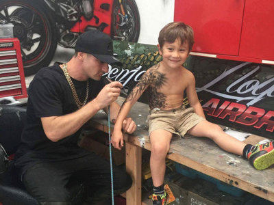 Un tatuador se ofrece a hacer tatuajes temporales a los niños enfermos para darles cariño y confianza