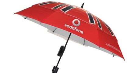 El paraguas de Vodafone con cargador de móvil y que mejora la cobertura ... y además protege de la lluvia