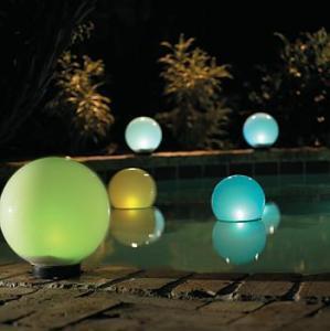 Tu piscina iluminada durante la noche