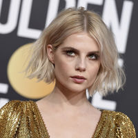 Globos de Oro 2019: Lucy Boyton desprende glamour bohemio con el color dorado como protagonista