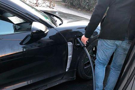 Han cazado al Porsche Taycan recargando sus baterías y ahora sabemos más sobre él