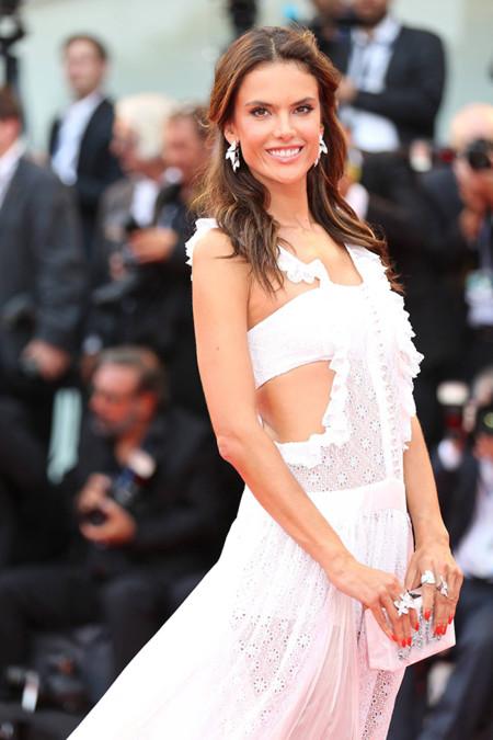¿Alessandra Ambrosio o Elisa Sednaoui?, las tops se dan cita en el Festival de Venecia