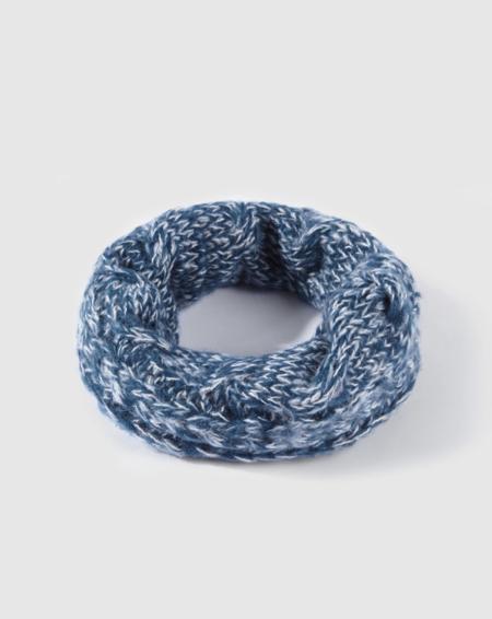 Bufanda de niño azul con ochos.