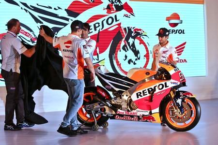 Marc Márquez y Dani Pedrosa presentan al Repsol Honda HRC, en un discreto evento con sólo una moto