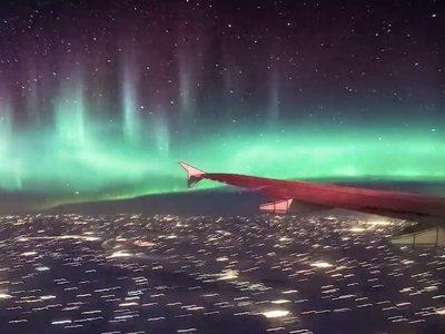 El vídeo que demuestra que ver auroras boreales a bordo de un avión puede ser lo más alucinante del mundo