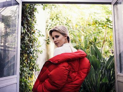 La calle sufre la invasión de plumones rojos pero Bershka tiene el modelo ganador