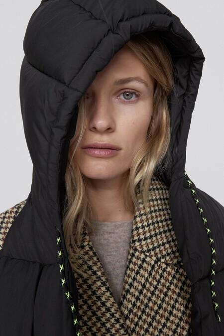 Con la llegada del otoño 2020 Zara ha diseñado el accesorio más original de la temporada: una bufanda con capucha incorporada