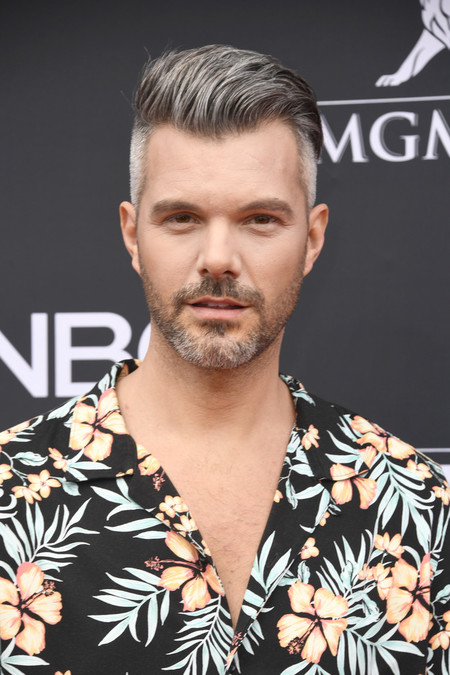 A J Gibson Lleva El Mood Tropical A La Alfombra Roja De Los Billboards Music Awards 2