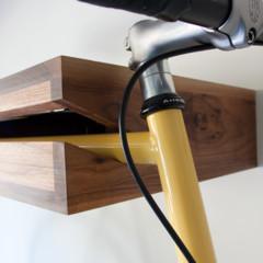 Foto 1 de 5 de la galería una-estanteria-donde-colgar-la-bicicleta en Decoesfera