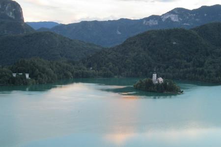 el lago de bled eslovenia al anochecer