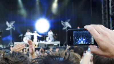 ¿Deberían prohibirse los teléfonos móviles en los conciertos?