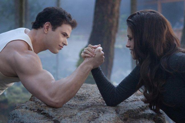 Imagen de Kristen Stewart echando un pulso en 'La Saga Crepúsculo. Amanecer. Parte 2'