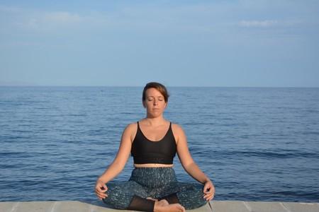 Mar, practicando la meditación frente a una playa de Almería.