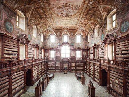 La biblioteca más antigua de Nápoles es saqueada... por su propio director
