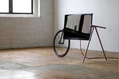 Soporte móvil para el televisor a partir de una bicicleta