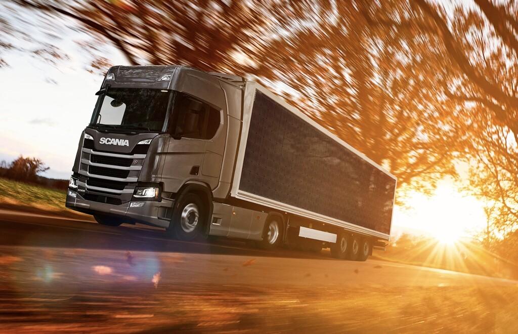 Scania colocará un panel solar de 18 metros de largo en sus trailers: pretende ahorrar entre el 5% y el 10% de combustible