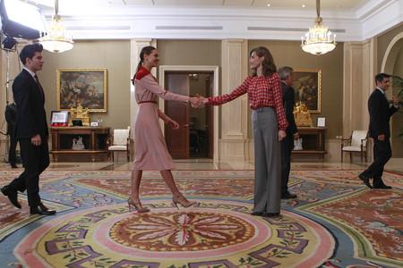La Reina Letizia y Eva González coinciden en palacio con dos estilos diferentes y el rojo como único punto en común