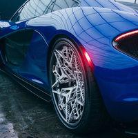 Impresión 3D, titanio y fibra de carbono. Estas son las llantas para los coches superdeportivos del futuro